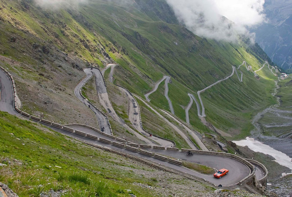 dodge-challenger-srt8-at-the-stelvio-pass
